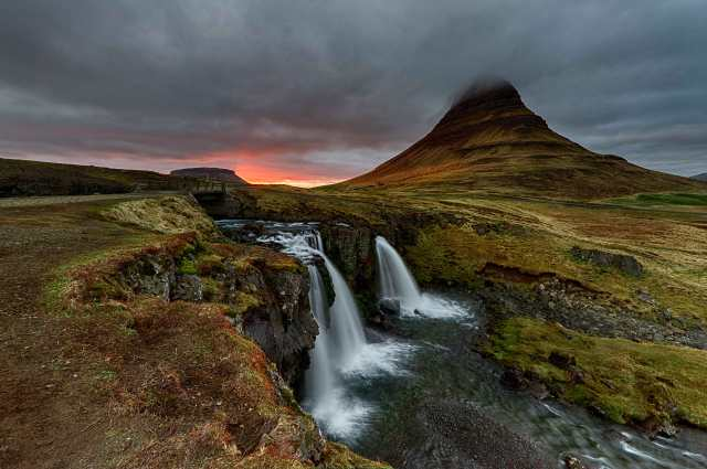 Kirkjufellsfoss-Waterfall-and-Kirkjufell-Mountain